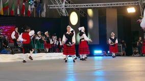 Los bailarines españoles en traje tradicional, realizan danza popular almacen de video