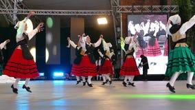 Los bailarines españoles en traje tradicional, realizan danza popular metrajes
