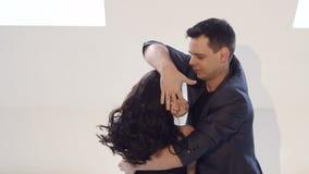 Los bailarines flexibles y sensuales bailan danzas de salón de baile Danza latina Bachata salsa metrajes