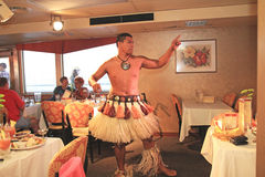 Los bailarines hawaianos se realizan en una travesía de la cena Imagen de archivo libre de regalías