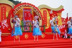 Los bailarines hermosos en los zancos representan a jinetes Fotos de archivo libres de regalías