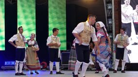 Los bailarines italianos en traje tradicional, realizan danza popular metrajes