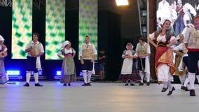 Los bailarines italianos en traje tradicional, realizan danza popular almacen de metraje de vídeo