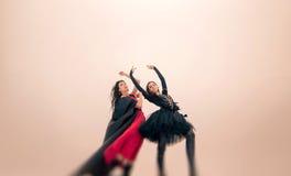 Los bailarines jovenes de las bailarinas realizan al aire libre en invierno foto de archivo