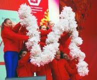 Los bailarines jovenes se realizan en etapa imagen de archivo libre de regalías