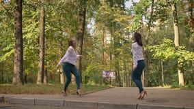 Los bailarines latinos apasionados artísticos son de risa y de baile juntos, los mejores amigos, mujeres en el parque, estilo spo almacen de video