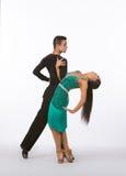 Los bailarines latinos del salón de baile con el vestido verde - dirija detrás Fotos de archivo