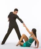 Los bailarines latinos del salón de baile con el vestido verde - siéntese Imagen de archivo