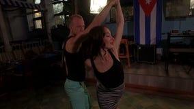 Los bailarines latinos profesionales muestran el elemento hermoso almacen de metraje de vídeo