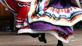Los bailarines mexicanos en traje tradicional, realizan danza popular metrajes