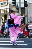Los bailarines no identificados participan en la lata la 73a semana anual G de Nisei imagen de archivo libre de regalías