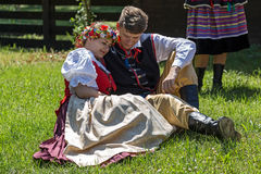 Los bailarines polacos de los jóvenes en traje tradicional, se realizan en una demostración 1 Imagen de archivo