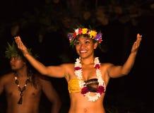 Los bailarines polinesios realizan danza tradicional fotografía de archivo libre de regalías
