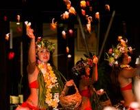 Los bailarines polinesios realizan danza tradicional con las flores Fotos de archivo libres de regalías