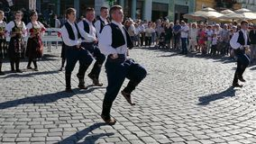 Los bailarines populares servios jovenes se realizan en una demostración en Timisoara, Rumania 2 metrajes