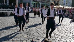 Los bailarines populares servios jovenes se realizan en una demostración en Timisoara, Rumania 4 metrajes