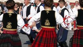 Los bailarines populares servios jovenes se realizan en una demostración en Timisoara, Rumania 6 metrajes