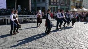 Los bailarines populares servios jovenes se realizan en una demostración en Timisoara, Rumania almacen de metraje de vídeo