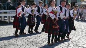 Los bailarines populares servios jovenes se realizan en una demostración en Timisoara, Rumania 5 metrajes