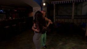 Los bailarines profesionales del bachata muestran la ayuda hermosa almacen de video