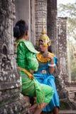 Los bailarines que se preparan a la danza de Apsara del khmer muestran, Camboya Imagen de archivo