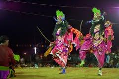 Los bailarines que se realizan en Chhau bailan el festival, Bengala Occidental, la India Foto de archivo