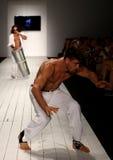 Los bailarines realizan capoeira en la pista durante el desfile de moda de CA-RIO-CA Fotografía de archivo libre de regalías
