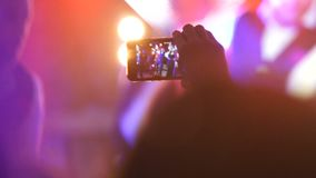 Los bailarines realizan el espectáculo en el festival en el fondo con la audiencia metrajes