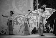 Los bailarines tailandeses realizan danza tradicional Fotografía de archivo libre de regalías