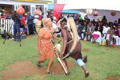 Los bailarines tradicionales se realizan en una ceremonia que se casa africana del kikuyu fotografía de archivo