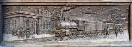 Los bajorrelieves del pedestal del monumento a Savva Mamontov cerca de la tubería de Yaroslavl del ferrocarril foto de archivo libre de regalías