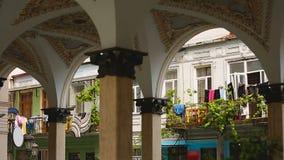 Los balcones con el lavadero visto de plaza ajustan en Batumi, vida en Georgia almacen de metraje de vídeo