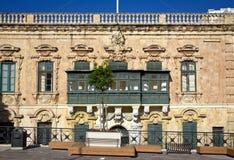 Los balcones tradicionales en una calle de Valletta Foto de archivo libre de regalías