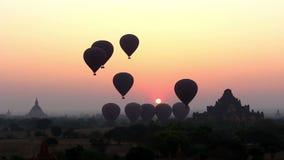 Los balones de aire entran para arriba en salida del sol en Bagan 1 almacen de video