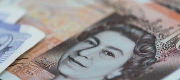 Los bancknotes británicos se cierran encima de, incluyendo 5 libras de nota, 10 libras de notas, 20 las notas de la libra esterli Foto de archivo libre de regalías