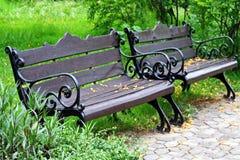 Los bancos al aire libre en el parque de la ciudad foto de archivo