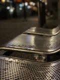 Los bancos vacíos, fríos y mojados de San Francisco fotografía de archivo libre de regalías