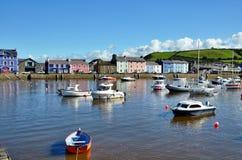 Los barcos amarrados en Aberaeron se abrigan, País de Gales. Imágenes de archivo libres de regalías