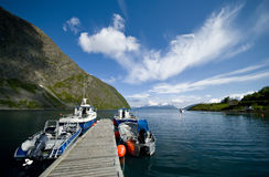 Los barcos amarraron en el fiordo Fotografía de archivo libre de regalías