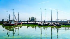 Los barcos amarraron en el puerto en el pueblo de Urk en el Netherl Fotos de archivo libres de regalías