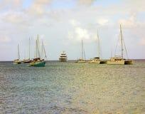 Los barcos anclaron de la playa de princesa Margaret en las granadinas Foto de archivo libre de regalías