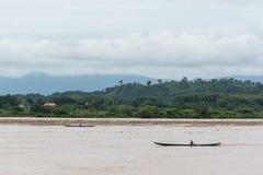 Los barcos bimotores recogen abren una sesión el río después de la inundación Fotografía de archivo