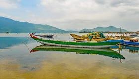 Los barcos brillantes en la ostra lageen cerca de Hue Vietnam fotografía de archivo libre de regalías