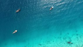 Los barcos cerca del océano apuntalan al mediodía, Zanzíbar, aéreo metrajes