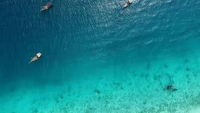 Los barcos cerca del océano apuntalan al mediodía, Zanzíbar, aéreo almacen de metraje de vídeo