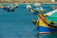 Los barcos coloridos, viejos del pescador están parqueando en el puerto de Marsaxlokk, Malta Fotografía de archivo