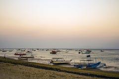 Los barcos de Bali Indonesia se abrigan en la puesta del sol de la playa de Sanur Fotos de archivo