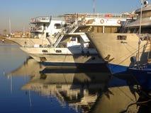 Los barcos de cruceros egipcios se amarran a la orilla fotografía de archivo