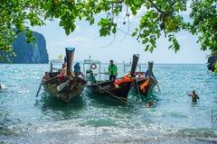 Los barcos de la cola larga anclaron para trourist que esperaba en Hong Island en la provincia de Krabi Tailandia Imagenes de archivo