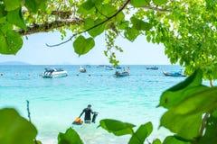 Los barcos de la cola larga anclaron para trourist que esperaba en Hong Island en la provincia de Krabi Tailandia Imágenes de archivo libres de regalías